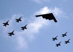 800px-Valiant_Shield_-_B2_Stealth_bomber_from_Missouri_leads_ariel_formation